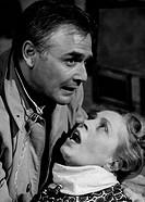Film, Die weiße Spinne The white spider, BRD 1963, Regie: Harald Reinl, Szene mit: Joachim Fuchsberger & Mady Rahl Mann Frau im Arm haltend, Draht, Dr...