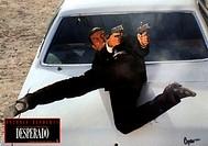 C, Film, Desperado, USA/MEX 1995, Regie: Robert Rodriguez, Szene mit: Antonio Banderas, Original Aushangbild, Aktion, Action, Ganzfigur, auf Motorhaub...