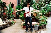 Film, So was wie Liebe A lot like Love, USA 2005, Regie: Nigel Cole, Szene mit Ashton Kutcher, Komödie, Drama, Ganzfigur, mit E _ Gitarre, Verstärker,...