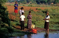 Frauen und Kinder am Wasserloch, Sambia / women and children at a waterhole, Zambia