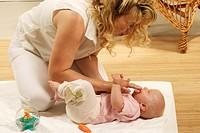 HV757867 Mutter spielt und spricht mit ihrem sechs Monate alten SŠugling