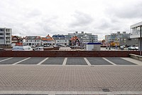 HV761327 Parkplatz und Tankstelle inmitten von Ferienhaeusern und Appartements an der Strandpromenade in Zandvoort