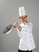 Junge Koechin schwingt die Pfanne, young cook swinging the pan
