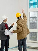 An architect speaking with a construction worker
