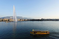 Waterbus and Jet d´Eau one of the largest fountains in the world, Lake Geneva, Geneva, Canton of Geneva, Switzerland