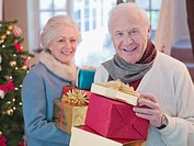 Couple holding Christmas gifts (thumbnail)