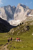 France, Hautes Pyrenees, Pyrenees National Park, GR10 grande randonnee footpath in the Gaube valley, Pique Longue du Vignemale 3298m