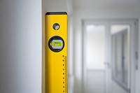 Spirit level against wall in empty appartement