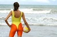 Frau mit volleyball am Strand
