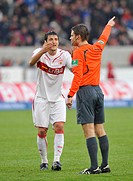 Zdravko Kuzmanovic, VfB Stuttgart, in discussion with referee Felix Brych