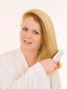 ausfrisieren,auskaemmen,Bademaentel,Bademantel,Beauty,beauty care,Blick,blond,blonde,blonder,blondes,brush,brushes,buerste,buersten,buerstet,durchfris...