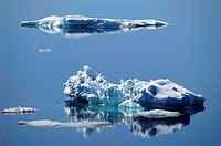 beautiful ice floes reflecting in calm antarctic waters, Antarctis, Suedpolarmeer, Weddellmeer