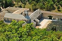 France, Vaucluse, Abbaye de Sénanque et lavande, Enserrée dans le creux de son vallon, l´Abbaye Notre-Dame de Sénanque demeure comme un des plus purs ...
