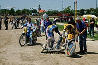 Sidecar motorcycles at the starting line, international motorcycle race on a dirt track speedway in Muehldorf am Inn, Upper Bavaria, Bavaria, Germany,...