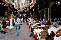 Restaurants en tourists in the Rue des Bouchers / Beenhouwersstraat, Brussels, Belgium