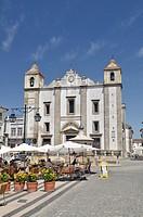 Praca do Giraldo square with church Igraja de Sao Antao and outdoor cafe, Evora, UNESCO World Heritage Site, Alentejo, Portugal, Europe