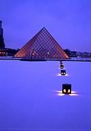 france,paris : pyramide du louvre sous la neige