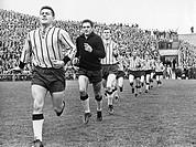Alemannia Aachen laeuft in das Boekelbergstadion in Moenchengladbach ein, Regionalliga West, Saison 1964/1965