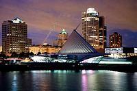 USA, Wisconsin, Milwaukee Art Museum illuminated at dusk