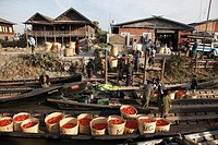 Myanmar, Burma, Nyaungshwe, floating market, people, boats,