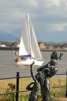 The sculpture Welcome Home by Anita Lafford on Fleetwood Promenade