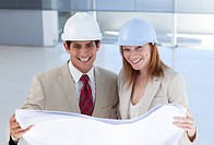Two engeneers disscussing a construction project in a building