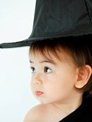 Close_up of a baby girl wearing a witch´s hat