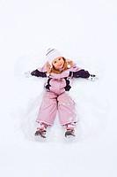 Kleines Mädchen spielt im Schee, Schweiz