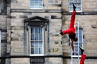 Scotland, Midlothian, Edinburgh, Acrobats performing in The Royal Mile in the Old Town of Edinburgh during the Fringe Festival