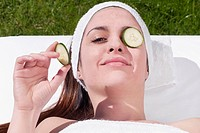 Cucumber slice on a woman´s eye