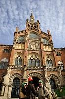 Arquitectos en la entrada del hospital de Sant Pau, Barcelona, Catalunya, España