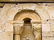 Ventanal en la iglesia de estilo románico de San Pedro - Condado - Valle de Valdivielso - Burgos - Castilla y León - España