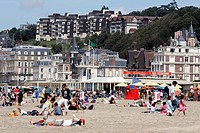 THE BEACH AND VILLAS, TROUVILLE_SUR_MER, CALVADOS 14, NORMANDY, FRANCE