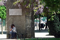 COUPLE EMBRACING UNDER THE WISTERIA IN THE BISHOP´S PALACE GARDENS OF THE CHARTRES CATHEDRAL, LISTED AS A WORLD HERITAGE SITE BY UNESCO, EURE_ET_LOIR ...