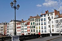 HOUSES ON THE QUAYS OF THE NIVE, PETIT BAYONNE, BASQUE COUNTRY, BASQUE COAST, BAYONNE, PYRENEES ATLANTIQUES, 64, FRANCE