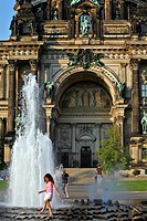 CHILD IN THE FOUNTAIN IN FRONT OF THE BERLINER DOM, THE BERLIN CATHEDRAL, LUSTGARTEN, MUSEUM ISLAND, BERLIN, GERMANY