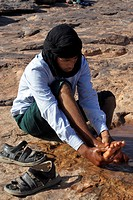 NOMAD CHILD WASHING HIS FEET, ASSOCIATION FOR THE DEVELOPMENT OF NOMAD LIFE IN THE ZAGORA REGION, BERBER PEOPLE, MOROCCO, MAGHRIB, NORTH AFRICA