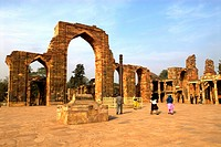 India, near New Delhi, Qutab Minar, the iron column (thumbnail)