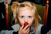 Kind isst Mohrenkopf