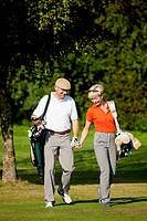 """Ã""""lteres Paar beim Golfen"""