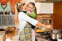 Hausfrau mit Kindern hat jede Menge Stre