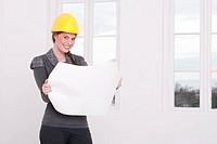Architektin mit Diktiergerät