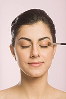 Woman applying eye make_up
