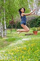 ragazza salta all´aperto