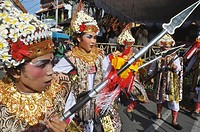 Denpasar (Bali, Indonesia): folkloristic group on parade at the Bali Arts Festival's opening