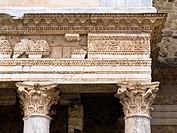 Entablamento con arquitrabe y columnas con capitel corintio del Teatro romano de Mérida - Ruinas de la ciudad romana de Emérita Augusta, Patrimonio de...