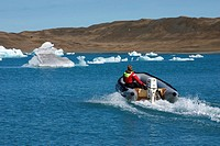 RUBBER DINGHY ON THE GLACIAL LAKE OF JOKULSARLON, SPUR OF ICE ON THE VATNAJOKULL GLACIER, ICEBERGS, ICELAND