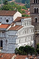 SAINT MARTIN CATHEDRAL, DUOMO SAN MARTINO, VIEWED FROM THE ROOFS OF LUCCA, TUSCANY, ITALY