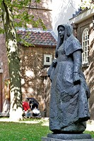 STATUE OF BEGUINES, UNMARRIED AND PIOUS WOMEN IN A LAY SISTERHOOD, THE BEGUINES´S HOUSE, ´BEGIJNHOF´, AMSTERDAM, NETHERLANDS