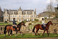 HORSEBACK RIDING IN FRONT OF THE CHATEAU DE CURZAY, RELAIS ET CHATEAUX HOTEL, VIENNE 86